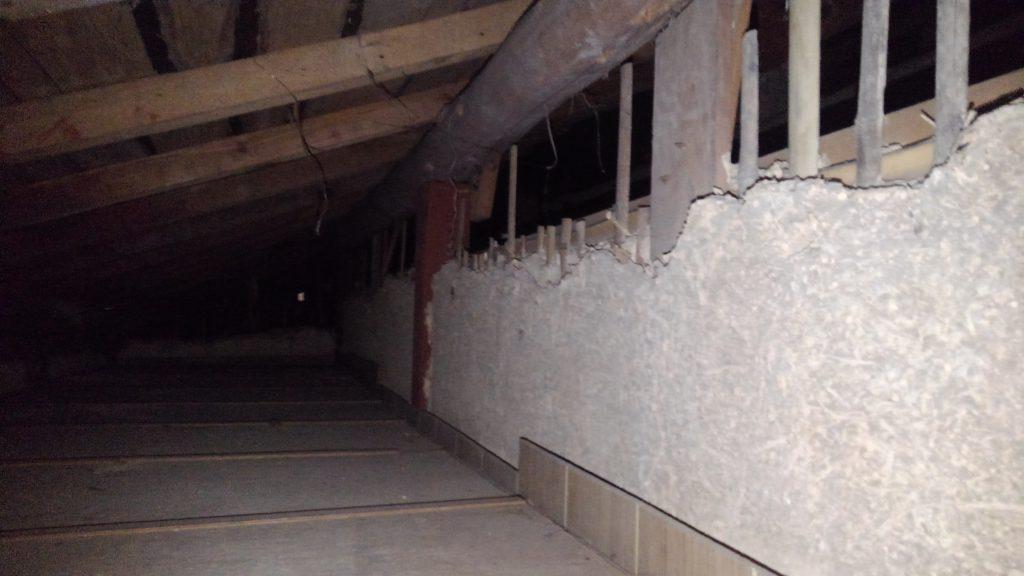 縁側の天井裏。写真では見えないのですが、一般的な丸釘が使われているので明治中期以降の建物かな~と。 棟まで上がれる場所があると良いのですが・・・。