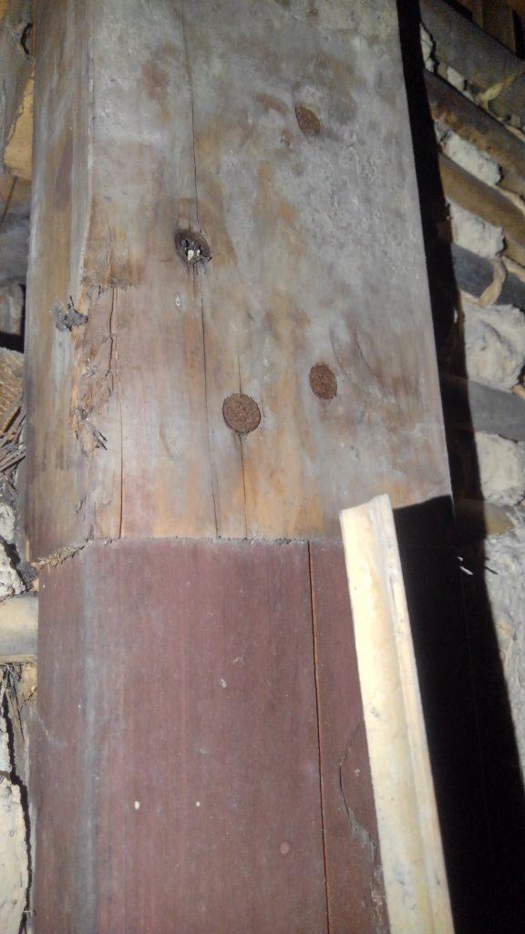 過去の修繕工事跡。修繕工事もかなり古いもので何時頃されたのか予想が付きません。